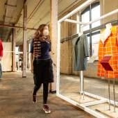 Die Entwürfe der Modedesigner:innen zeigen, wie Mode langlebig, ressourcensparend und schön gestaltet werden kann. Foto: LWL / Betz