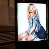 Protest: Vermibus entfernt Werbeplakate aus Schaufenstern, bearbeitet sie und hängt sie wieder zurück