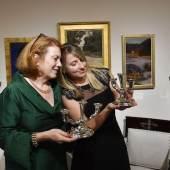 Susanne Bauer und ihre Galeriemitarbeiterin am Messestand - die Uhr ging an einen Käufer aus London.