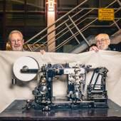 Walter Fischer und Norbert Bischoff mit dem restauriertem Modell einer Rotationsdruckmaschine der Firma Broschek  Foto: Klaus Raasch