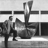 """Wander Bertoni und die Großplastik """"Das U"""", Volksschule 1190 Wien (1963)  Fotocr"""