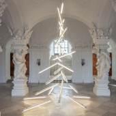 Manfred Erjautz, Under the Weight of Light, 2015 Feuchtraumbalken mit Leuchtstoffröhren, Elektrokabel, Seile und Metall Höhe: 6,4m © Belvedere, Wien / Bildrecht, Wien 2015