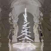 Manfred Erjautz, Under the Weight of Light, 2015 Feuchtraumbalken mit Leuchtstoffröhren, Elektrokabel, Seile und Metall Höhe: 6,4m © Belvedere, Wien / Bildrecht, Wien, 2015