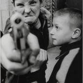 William Klein: Gun 1, New York, 1955 William Klein: Gun 1, New York, 1955 © William Klein Herunterladen
