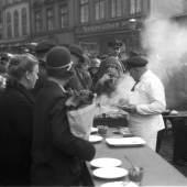 Max Halberstadt, Wurststand auf dem Altonaer Fischmarkt, undatiert, Sammlung Rosenthal, USA