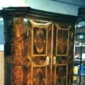 Kasten Barock, 2-türig, reiche Intarsien, prachtvolles Gesims, gedrechselte Füße. Quelle: Restaurator Antiquitäten- tischlerei Valta