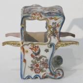 Fayence, blaue Bodenmarke Rouen und Ziffer 790, um 1900. Porzellan - Sänfte mit allseitig polychromer floraler Bemalung, teils berieben, Höhe: 14 cm. Auktion vom 24.7.2010. Bildmaterial: www.richter-kafitz.de