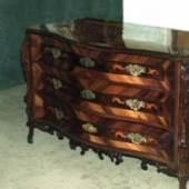 Kommode um 1750, Rokoko; dreiladig; Nußholz; Fischgrat umrahmte Felder; geschwungene Front  Quelle: Restaurator Antiquitäten- tischlerei Valta