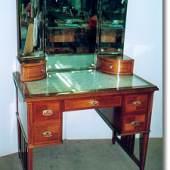 Toilette-Tisch  ca 1915; Mahagonifurnier mit Kreuzfuge. Quelle: Restaurator Antiquitätentischlerei Valta